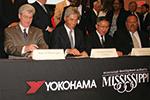 調印式での野地彦旬横浜ゴム社長(左から2人目)とフィル・ブライアントミシシッピー州知事(左端)