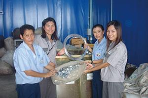 車いすなどを寄贈するため、従業員が回収したアルミ缶約1トン分やIDシリアルプレートを障害者協会に寄付。
