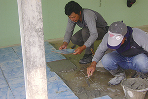 工場近隣の小学校に外廊下用タイルとその施工を寄贈。